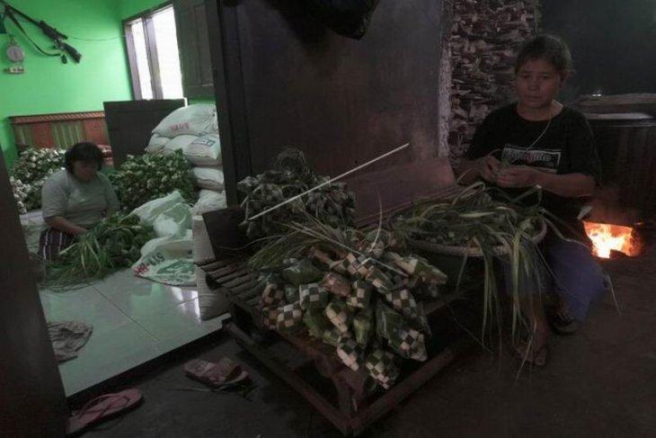 Produksi ketupat