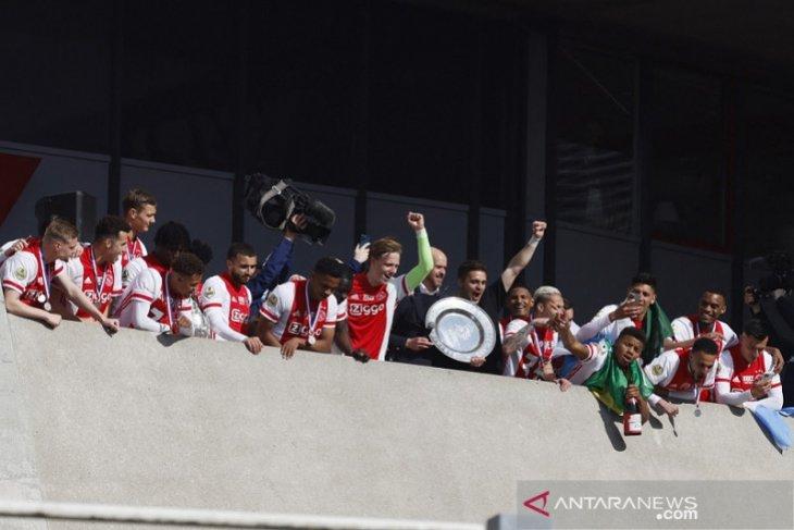 Ajax sulap trofi Liga Belanda jadi cendera mata bagi suporter