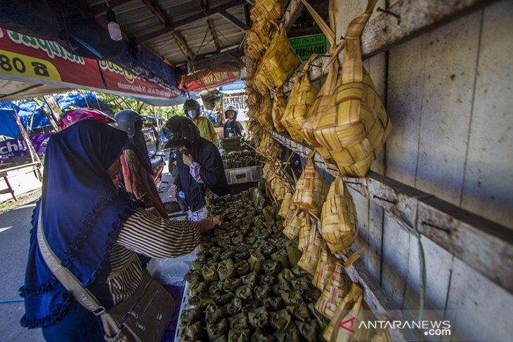 Jelang Idul Fitri Penjualan Ketupat Meningkat