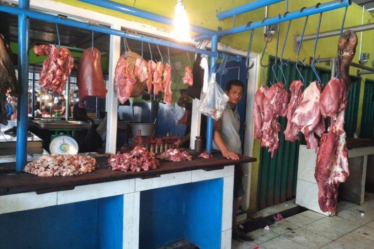 Pedagang daging di Jambi dua kali potong sapi penuhi permintaan warga