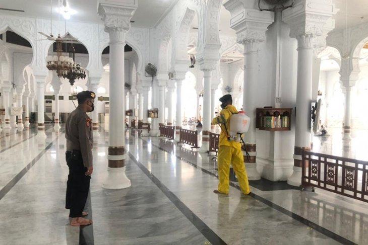 Polda Aceh semprot disinfektan Masjid Raya untuk cegah COVID-19