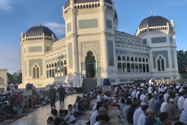 Petugas BPBD Sumut awasi  prokes warga saat Shalat Id di masjid