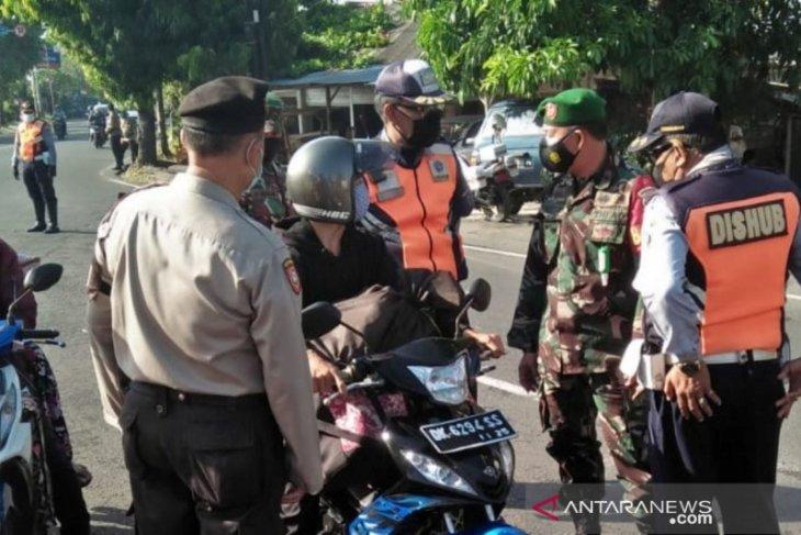 Tim Yustisi Denpasar bina 10  pelanggar prokes