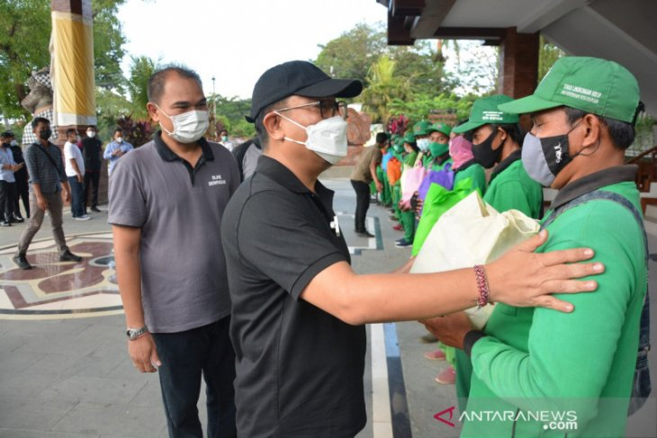Pemkot Denpasar bagikan 1.384 sembako ke petugas kebersihan