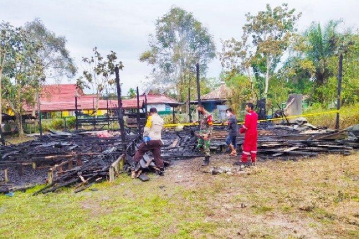 Ditinggal silaturahmi lebaran, dua rumah warga hangus terbakar