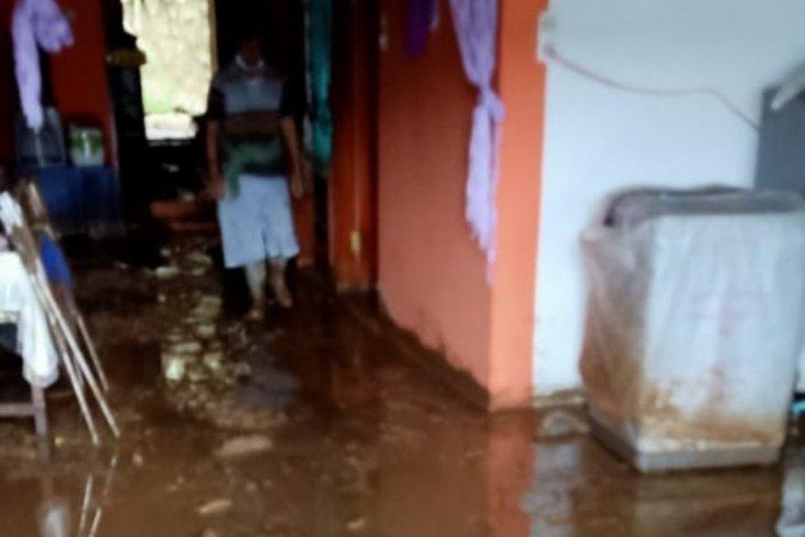 Enam rumah rusak akibat banjir Parapat, lalu lintas normal