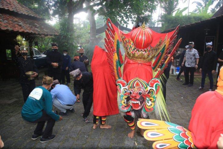 Tradisi Barong Ider Bumi Banyuwangi digelar dengan tetap menerapkan prokes COVID-19