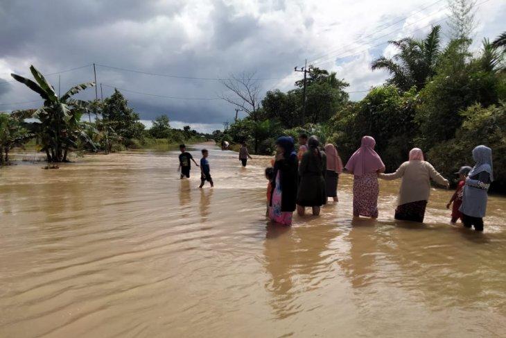 Warga diminta waspadai hujan badai picu banjir di Kalsel