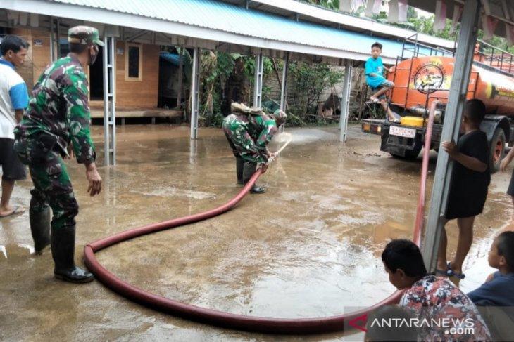 Kodim 1002/Barabai bantu penanganan banjir di Kecamatan Haruyan