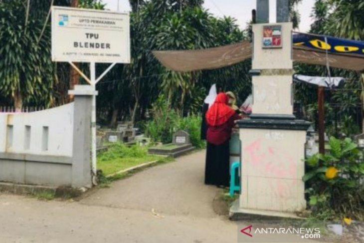 Masih ada warga Kota Bogor lakukan ziarah di TPU pada libur Lebaran