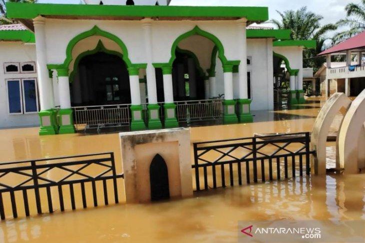 17 desa di Aceh Barat terendam banjir termasuk masjid