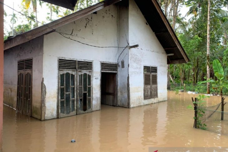 Downpour-triggered flooding submerges 14 villages in West Aceh