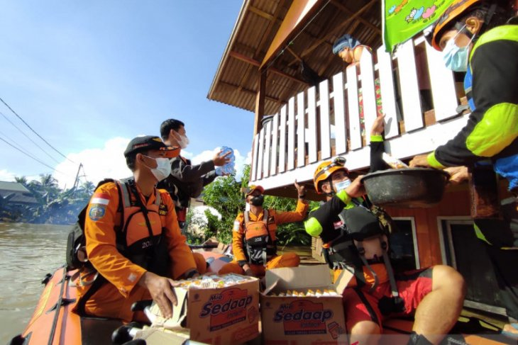 Joint SAR team distributes food to Satui flood area
