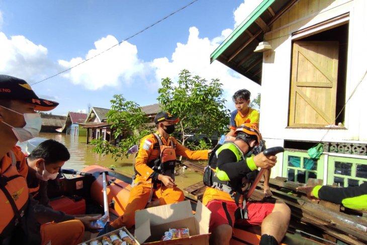 Basarnas dan Tim SAR gabungan distribusikan logistik ke lokasi banjir Satui