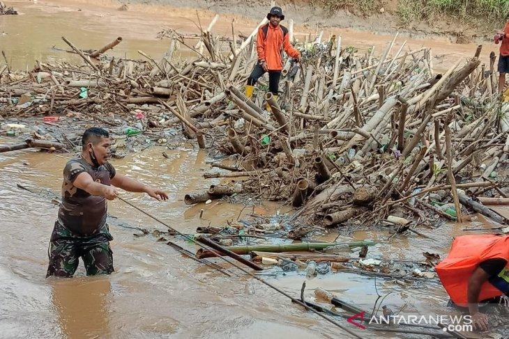 Cegah luapan sungai, warga HST bersihkan tumpukan sampah bambu yang tutupi sungai Barabai