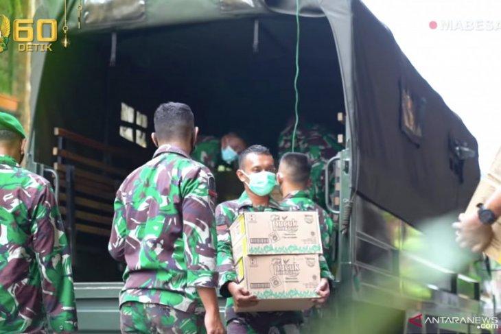 Kasad Andika berikan ribuan sembako Lebaran kepada prajurit TNI AD