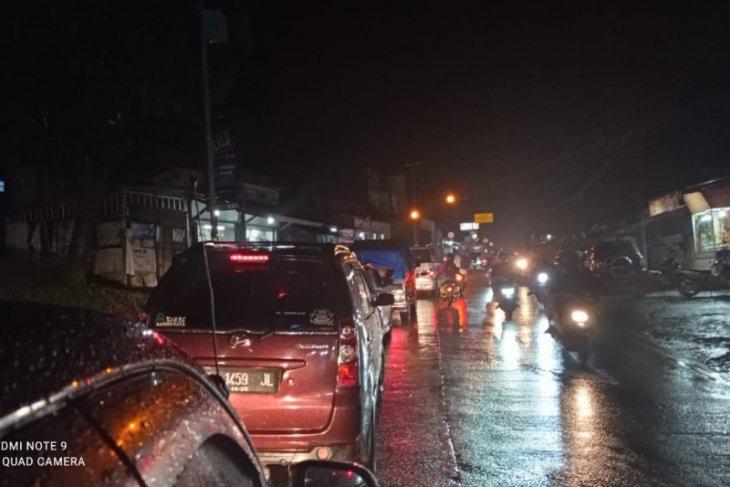 Antrean panjang terjadi di ruas jalan Labuan-Pandeglang