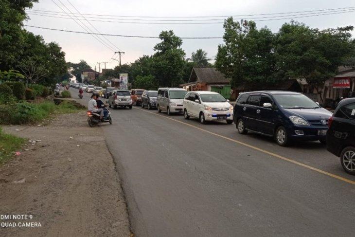 Ruas jalan Pandeglang-Rangkasbitung dipadat kendaraan