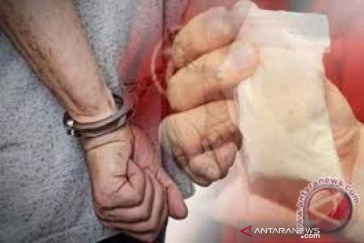 Pasangan suami istri kurir 10 kg sabu, sedang transaksi ditangkap