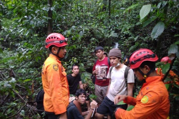Pelajar SMA Santo Thomas Medan tersesat di kawasan air terjun Dua Warna
