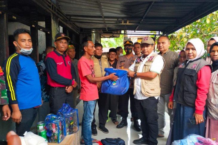 Dinsos Aceh Besar Serahkan Bantuan Masa Panik Korban Kebakaran di Kuta Baro