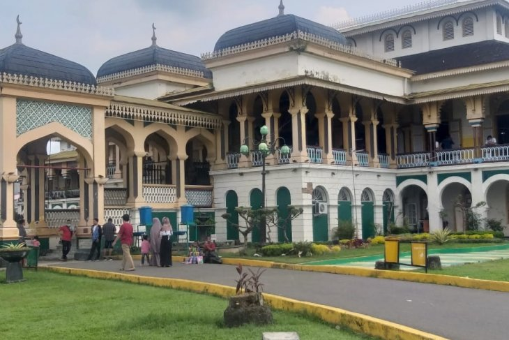 Warga Medan ramai kunjungi Istana Maimun