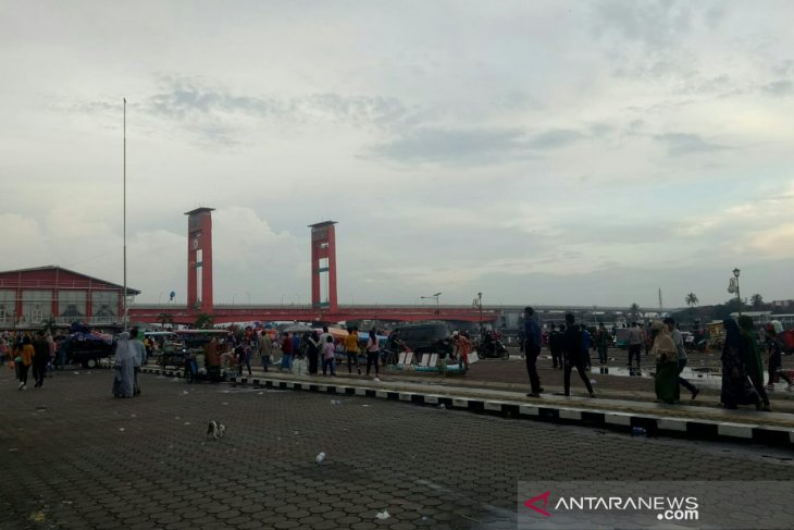 Petugas usir pengunjung dan pedagang kaki lima di BKB Palembang