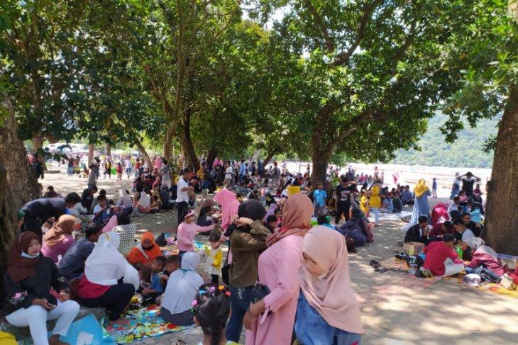 Pantai Pulau Datok Sukadana dipadati pengunjung