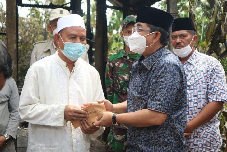 Bupati Tanjabbar sambangi Ustadz M Harun korban kebakaran di Betara