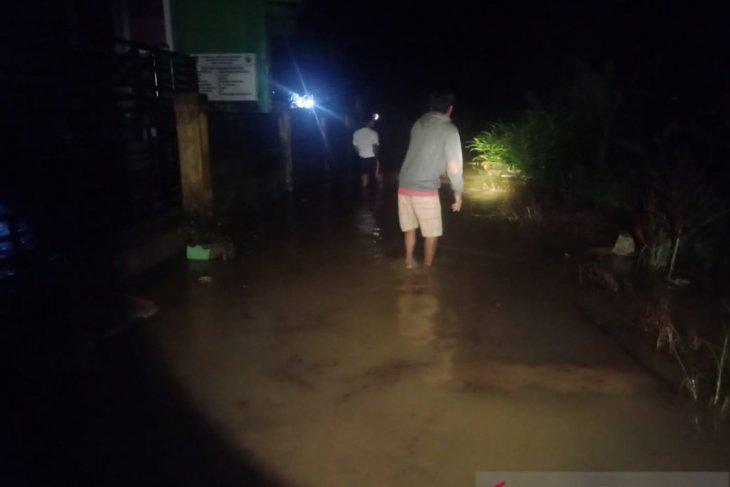 Banjir luapan Sungai Selagan putuskan jalan provinsi di Mukomuko