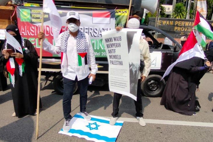 Bela Palestina, ratusan orang gelar aksi damai di depan gedung DPRD Jatim