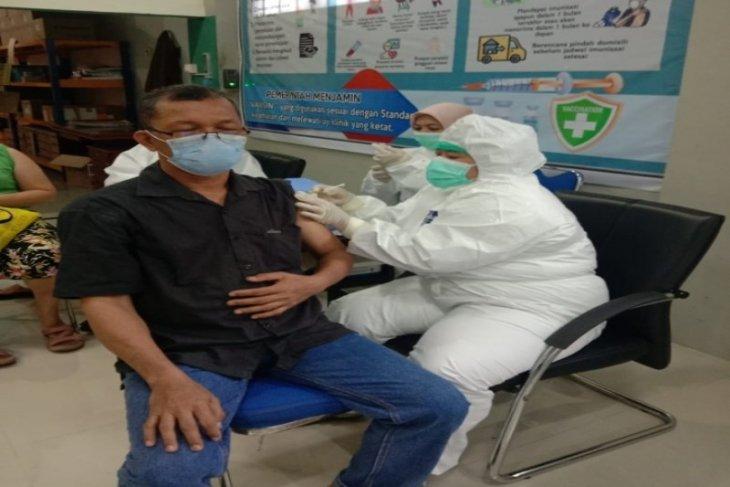 Hari pertama masuk kerja, Dinkes vaksin lansia