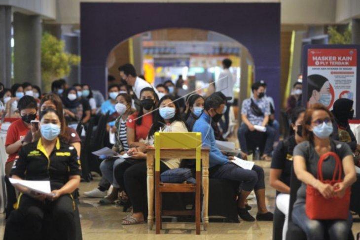 Vaksinasi pekerja pusat perbelanjaan di Denpasar
