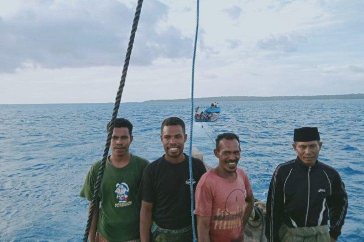 Empat warga Tual ditemukan terombang-ambing di laut, perahu patah kemudi