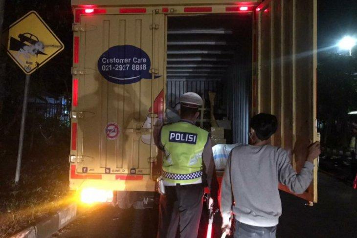 Polda Bali putar balik ratusan kendaraan-travel gelap selama larangan mudik