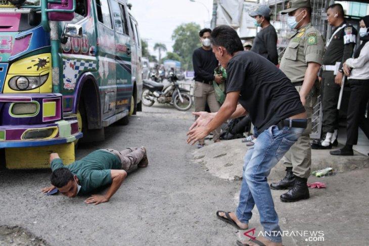 Petugas di Medan temukan penumpang sembunyi di atap angkutan