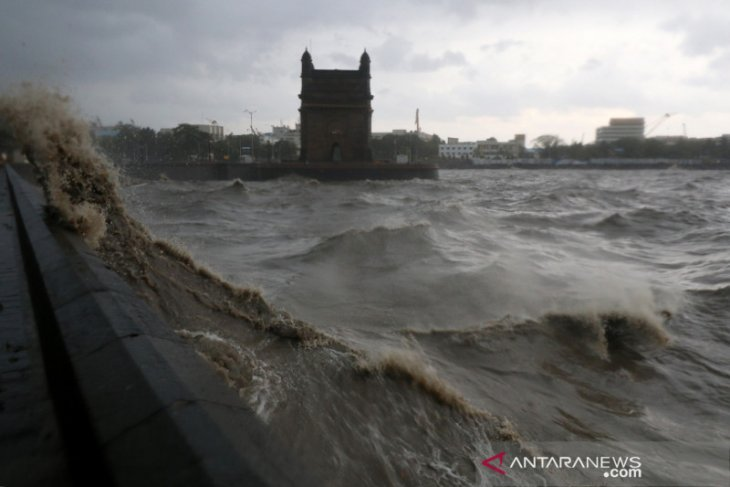 Belasan orang tewas akibat kapal tongkang tenggelam dihantam topan di India