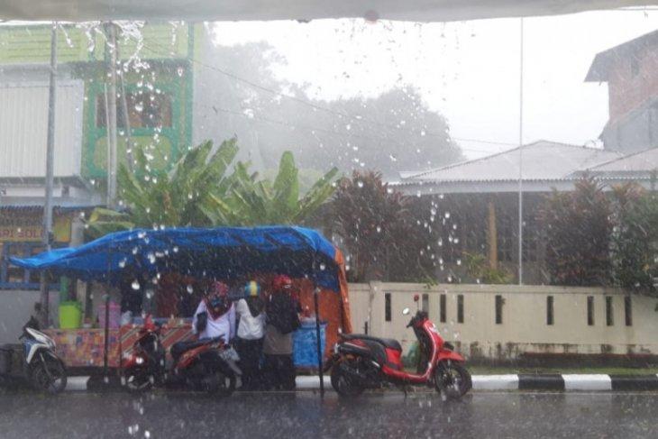 BMKG Sultan Baabullah minta warga waspadai potensi hujan lebat di Malut