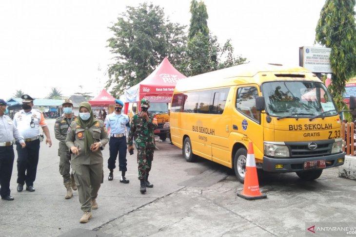 Bus sekolah DKI evakuasi 45 pemudik yang positif COVID-19 ke Wisma Atlet