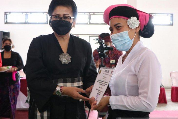 Putri Koster dorong perempuan Bali pahami etika busana adat