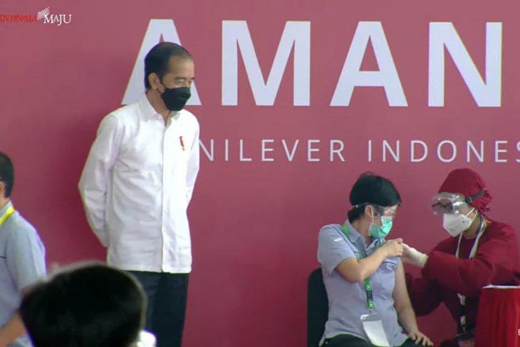 Presiden tinjau pelaksanaan vaksinasi COVID-19  pekerja di Kabupaten Bekasi