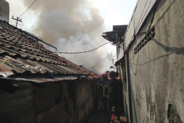 Ditinggal mudik Lebaran, Dua rumah di kawasan padat penduduk Tegalsari Surabaya terbakar