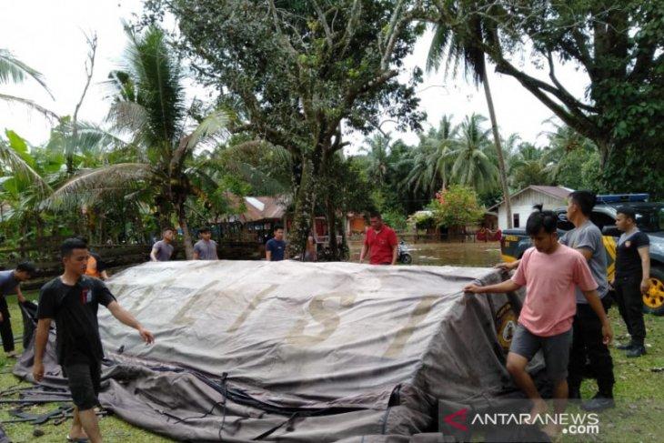 Polres Mukomuko pasang tenda pengungsi korban banjir