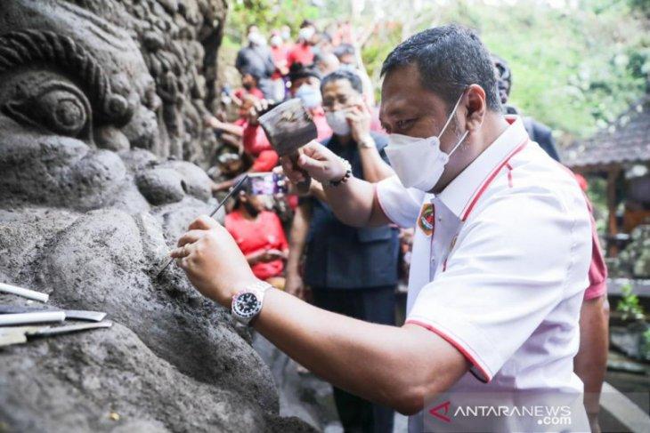 Bupati Gianyar lihat proses pembuatan ukiran relief di Pura Beji Dalem Jantur