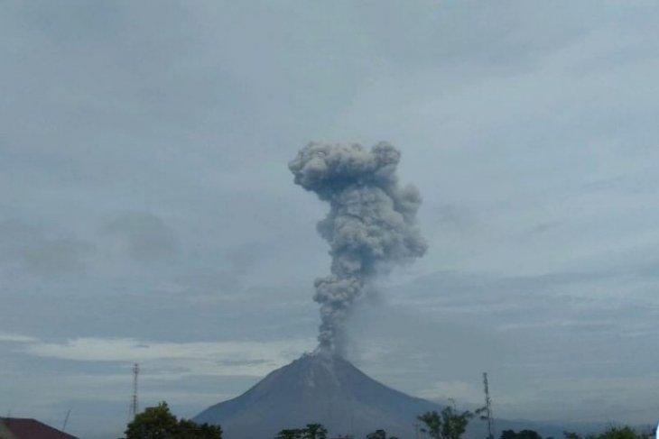 Gunung Sinabung  semburkan abu vulkanik setinggi 3.500 meter