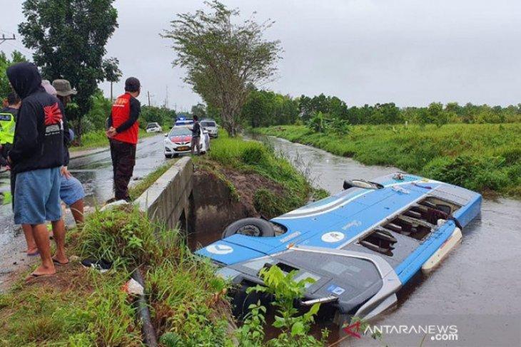 Bus DAMRI tergelincir ke sungai, seorang meninggal