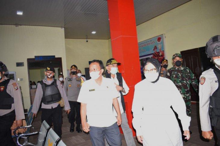 Wakil Bupati Tapteng sambut kedatangan Menteri Sosial di Bandara Pinangsori