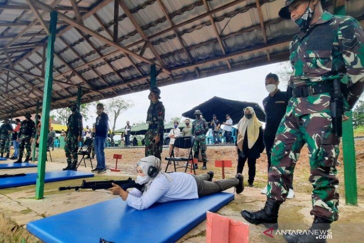 Danrem Antasari ajak wartawan rasakan latihan menembak di Yonif 623