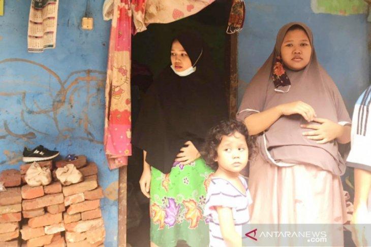 Hindari banjir, wanita hamil sembilan bulan di Bogor panjat genting