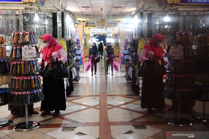 Pasar Tanah Abang dibuka kembali, pengunjung wajib tunjukkan kartu vaksin
